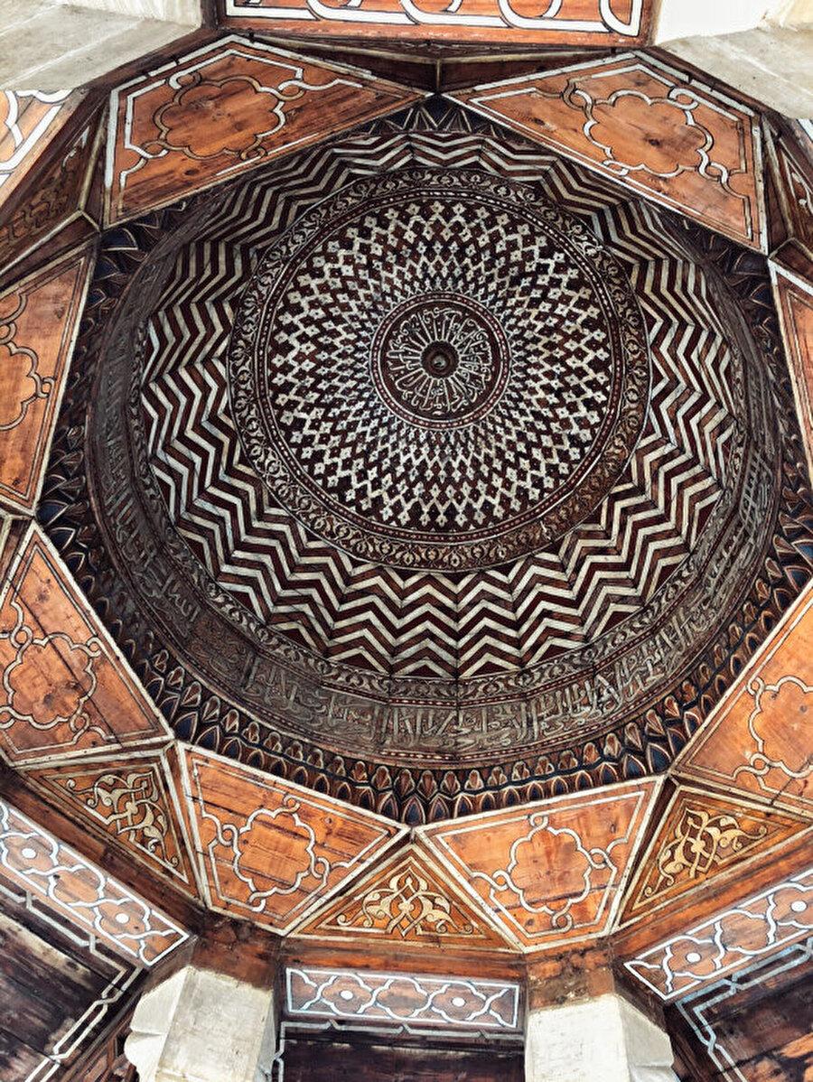 Medrese içerisindeki caminin tavanındaki altın yaldız işlemeleri görmeden geçmeyin.