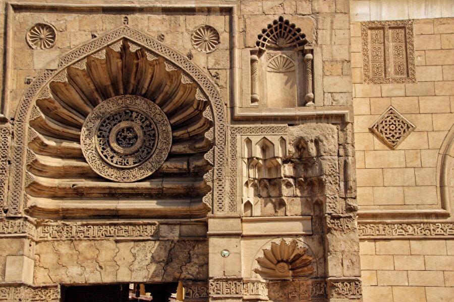 Akmar Camii, eşsiz taş işlemeleriyle dikkat çeker.