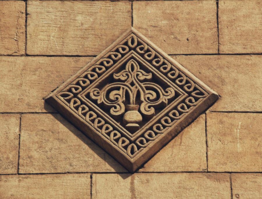 Akmar Camii'ndeki taş işlemelerden bir detay.