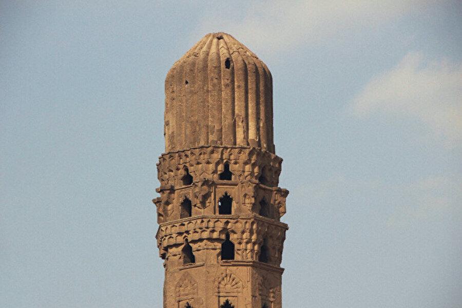 El Hakim Camii'nin minaresi de ilgi çekicidir.