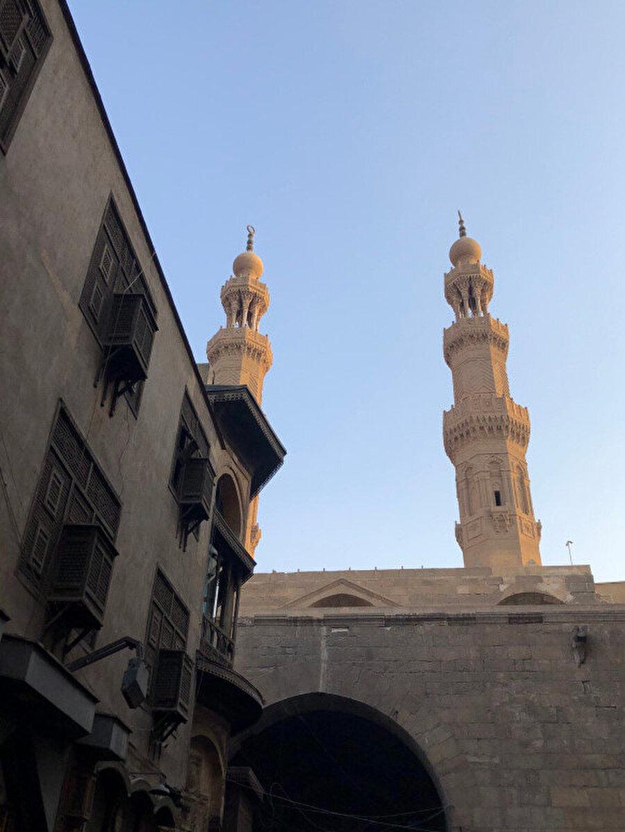 Babü'z Züveyle kapısının üzerinde iki minare bulunmaktadır. Bunlar kapının yanı başın bulunan Müeyyed Camii ile birlikte yapılmıştır.
