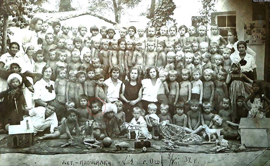 Cengiz Aytmatov (sol alt beşinci sıra) genellikle Rus çocukların okuduğu ana okulunda (5 yaşında, 1932)