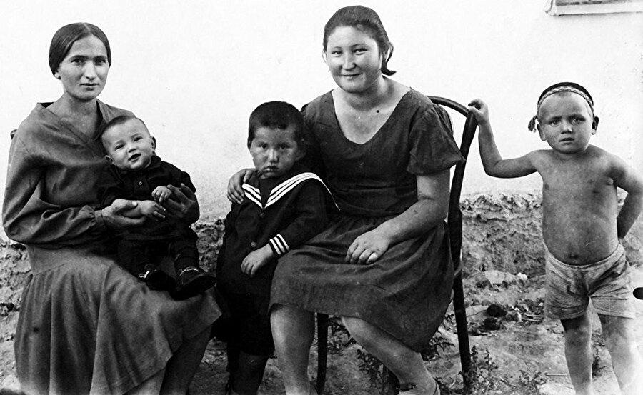 Cengiz Aytmatov (soldan üçüncü) annesi Nagime Aytmatova ve kardeşi İlgiz Aytmatov ( annesinin kucağında) ile birlikte.
