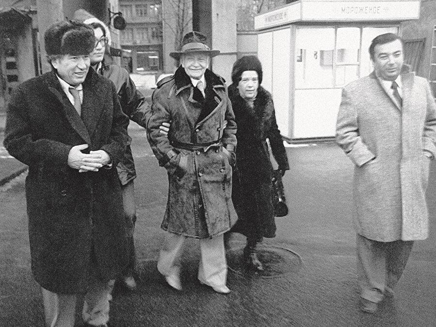 Soldan sağa Cengiz Aytmatov, oğlu Sancar, Luis Aragon, tercüman Tatyana Kudryavtseva, Doğu Araştırmaları Enstitüsü Müdürü, SSCB Bilimler Akademisi başkanı Yevgeny Primakov.