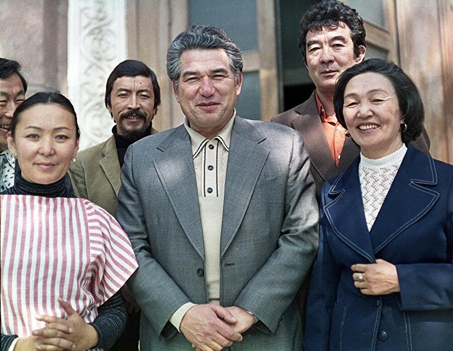 Cengiz Aytmatov Kırgız sinema çalışanları ile...(1979)