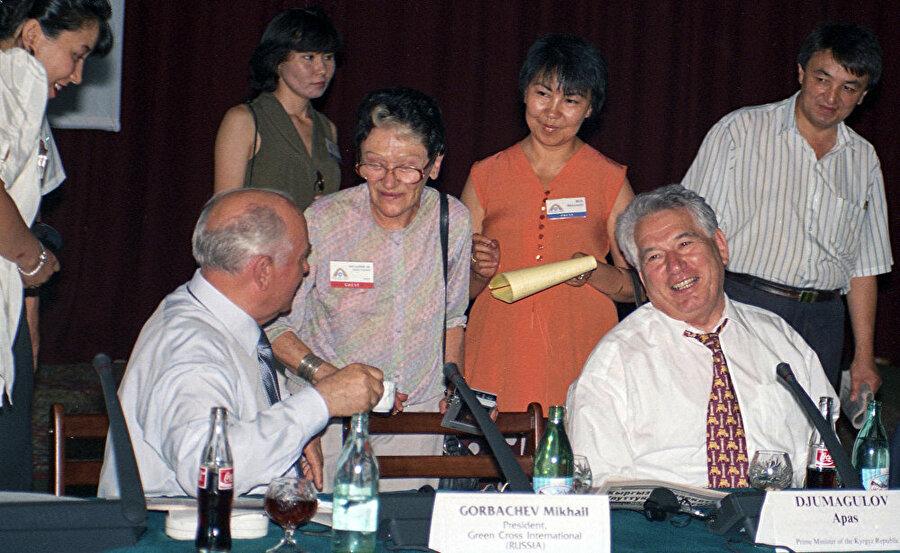 Cengiz Aytmatov SSCB Komünist Parti son sekreteri Mihail Gorbaçovla birlikte.
