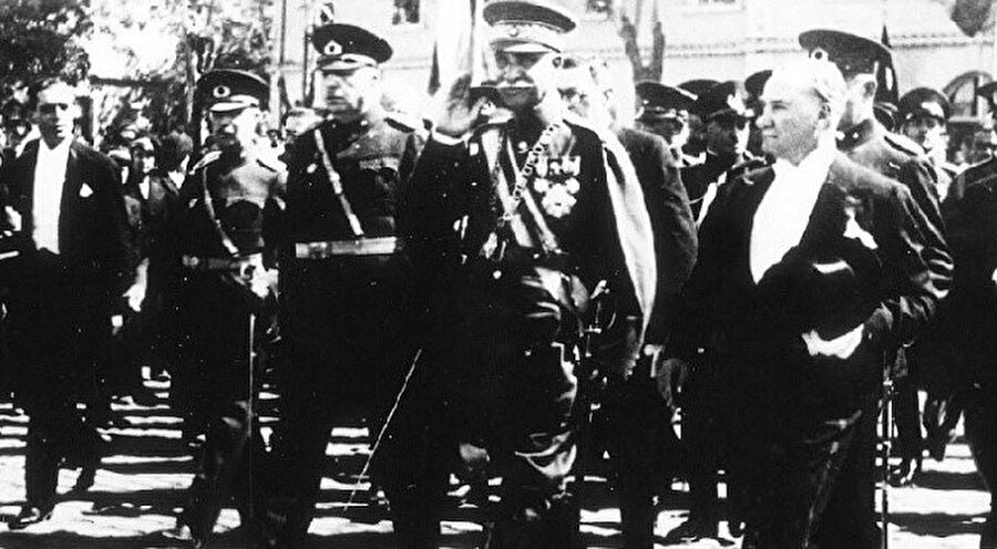 Rızâ Şah Pehlevî'nin 1934 yılında Türkiye'ye yaptığı ziyarette Mustafa Kemal ile birlikte aynı karede yer aldığı fotoğrafı.