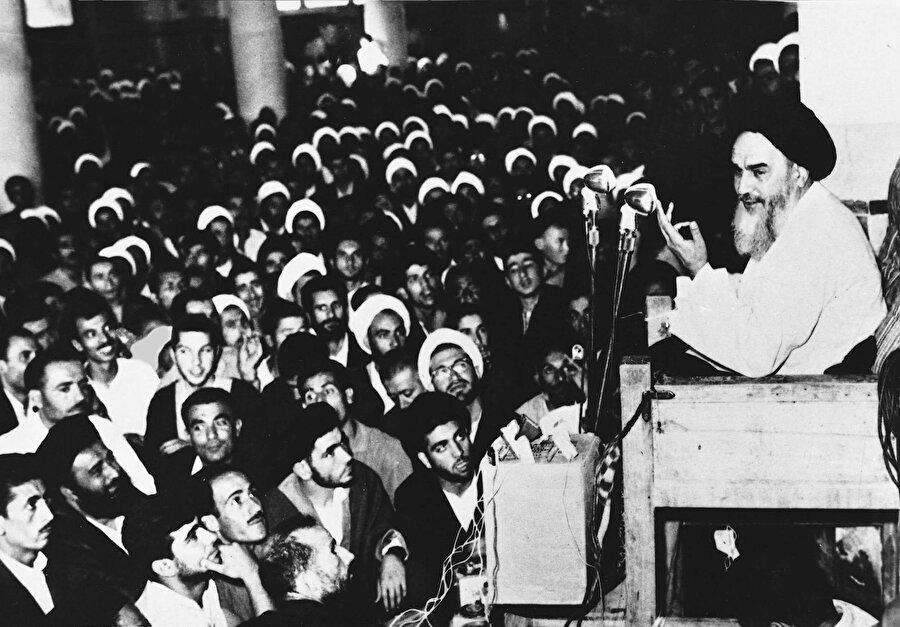 Humeynî'nin Kum Feyziyye Medresesi'nde konuşma yaparken çekilmiş bir fotoğrafı.