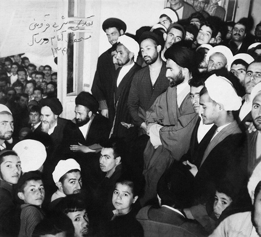 Humeynî'nin Kum'daki evi serbest bırakılmasının ardından ziyaretçi akınına uğrar.