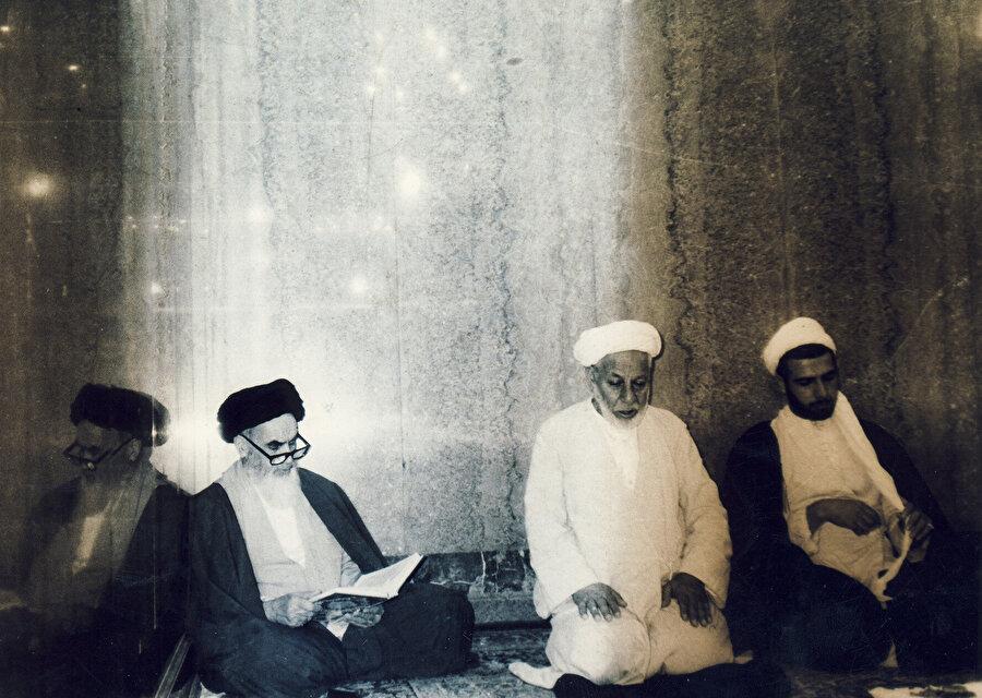 Humeynî'nin Necef'te bulunduğu yıllarda çekilmiş bir fotoğrafı.