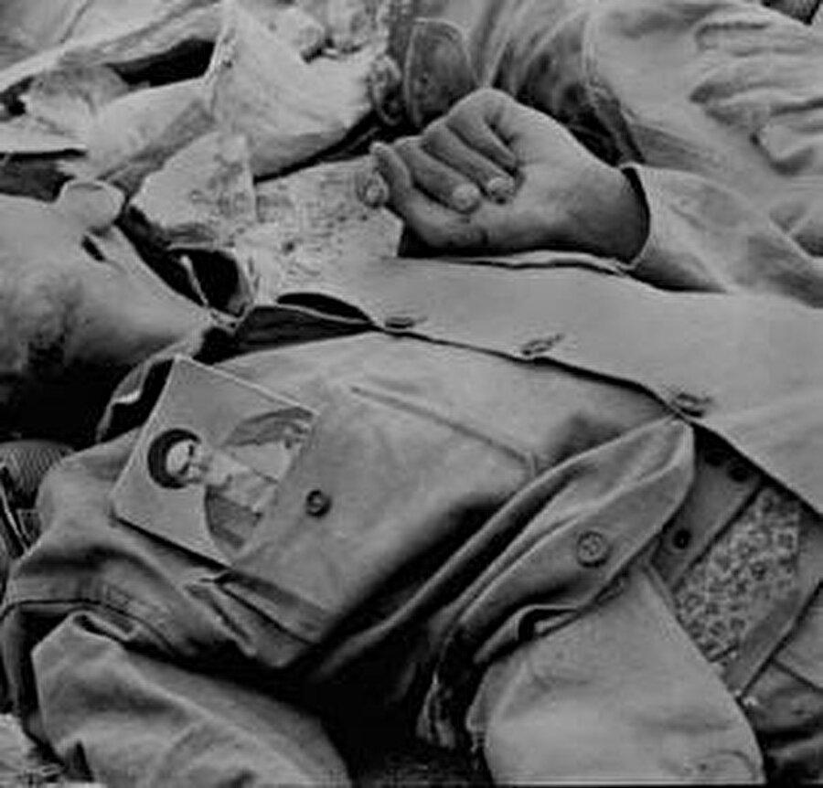 İran – Irak Savaşı'nda hayatını kaybeden çocuk yaşta bir asker. Cebinde Humeynî'nin fotoğrafı.