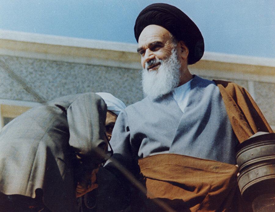 Ayetullah Humeynî, halka hitap ettiği bir konuşması sırasında.