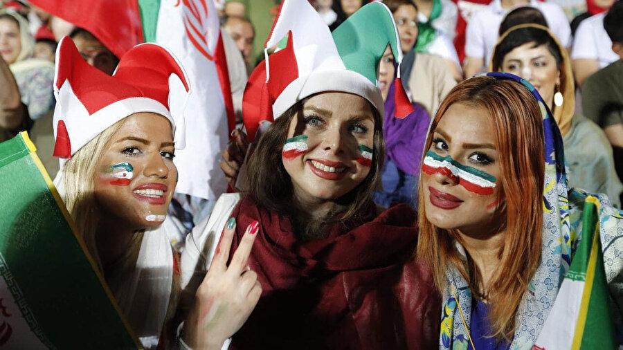İranlı genç kızlar, Tahran'daki bir futbol maçı sırasında.