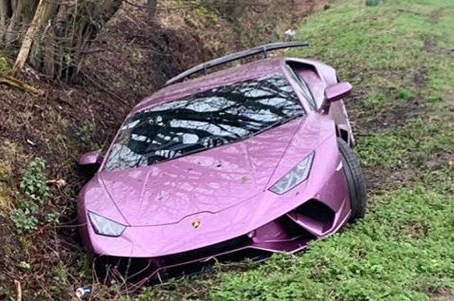 Lamborghini'yi yol kenarında, çukurun içinde gören Londra vatandaşları şaşkınlığını gizleyemedi.