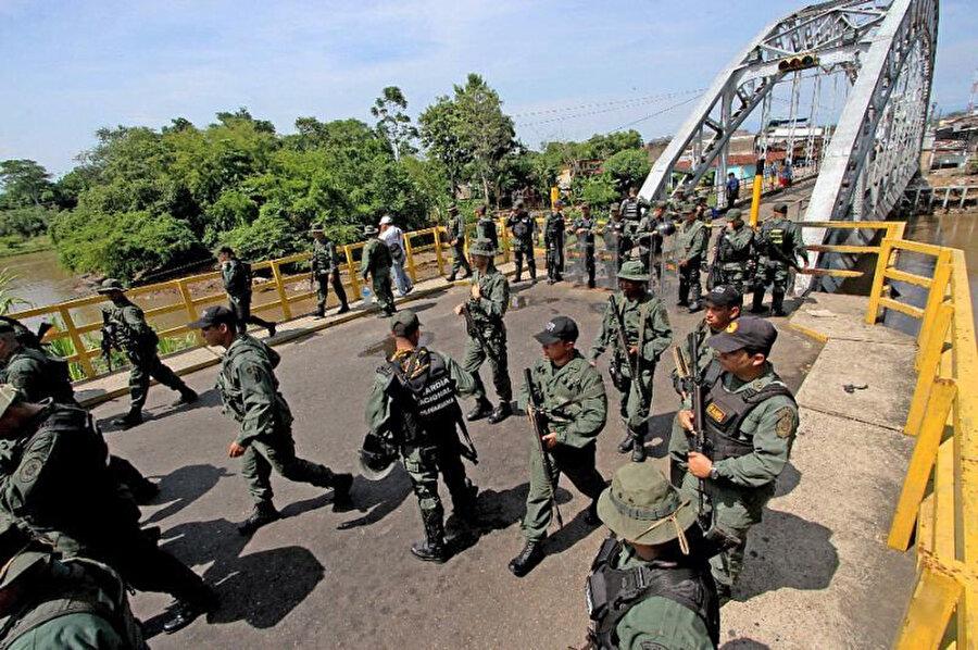 Venezuela Bolivarcı Ulusal Muhafız (GNB) birimi mensupları göz yaşartıcı gaz ve aralıklarla plastik mermi kullanarak saldırganlara karşılık vermişti.