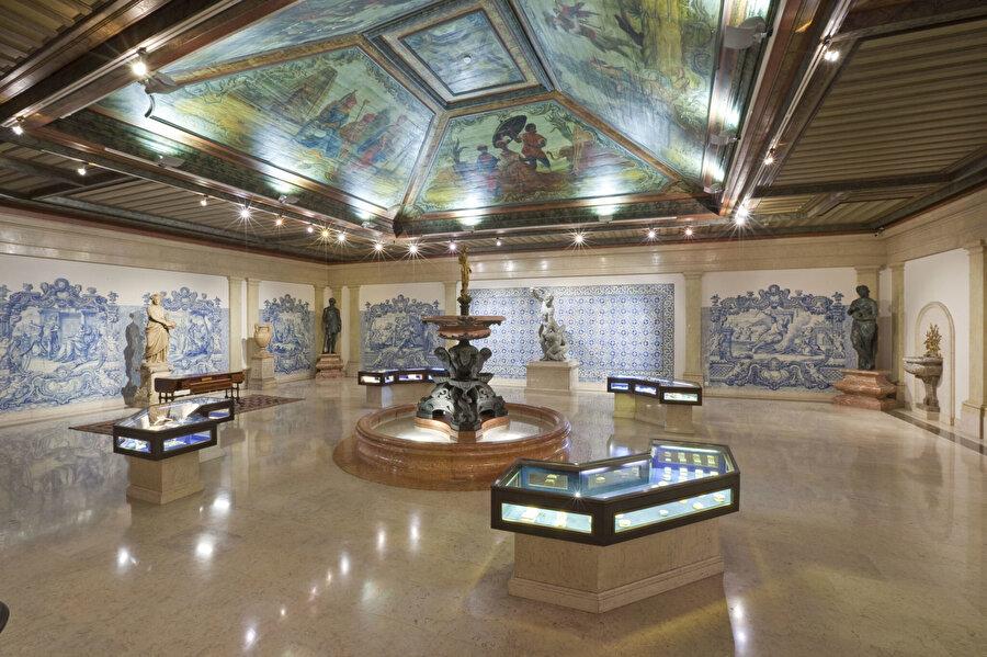 Gülbenkyan'ın 6 binden fazla parçadan oluşan koleksiyonu, Portekiz'in başkenti Lizbon'da kendi adını taşıyan müzede sergilenmektedir.