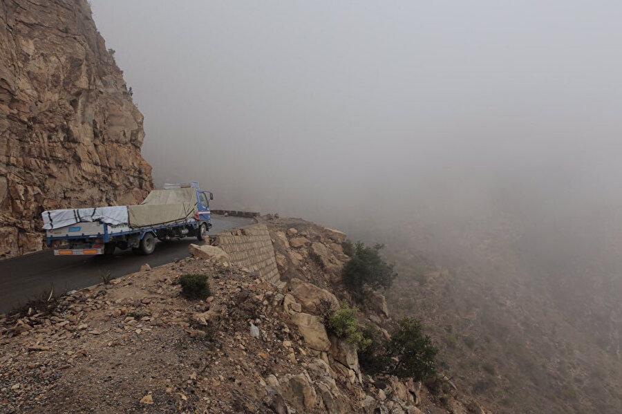 Çatışmalardan dolayı kapalı olan ana yol yerine kullanılan, Aden ile Taiz'i bağlayan dağ yolu.