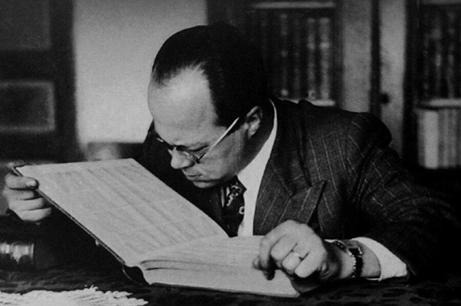 1916'da dünyaya gelen, sosyal bilimlerin birçok alanında okumuş, çalışmış ve yazılar kaleme almış olan Cemil Meriç, 1954 yılında görme yetisini tamamen kaybetse de yazarlık hayatını için en verimli döneme başladı. 1987 yılında 70 yaşındayken hayatını kaybetti.