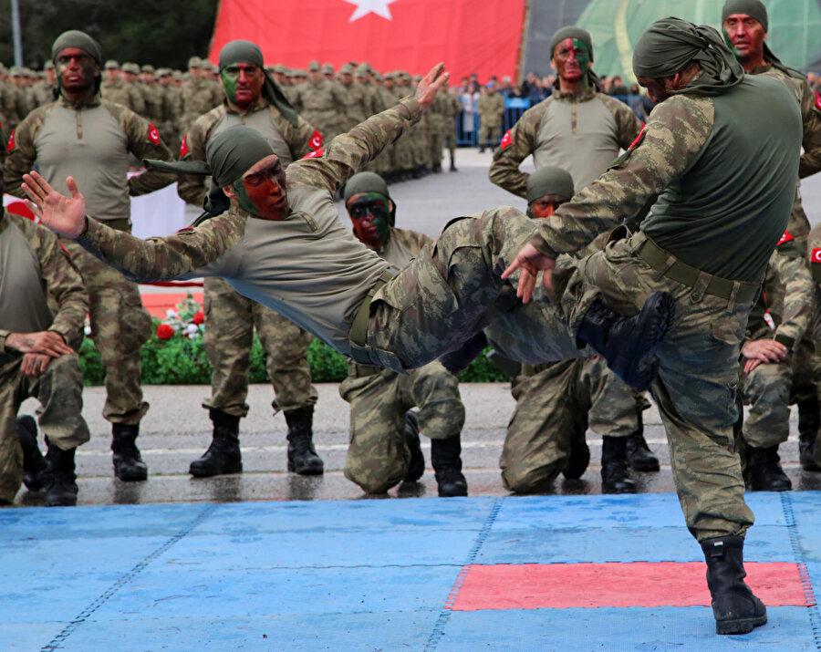 Yemin töreninden önce uzman askerler bir gösteri düzenlemişti.