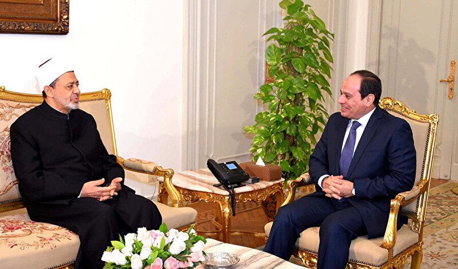Ezher Şeyhi Ahmed Tayyib (solda), 2013 darbesinden sonra cumhurbaşkanlığı koltuğuna oturan Abdulfettah Sisi ile.