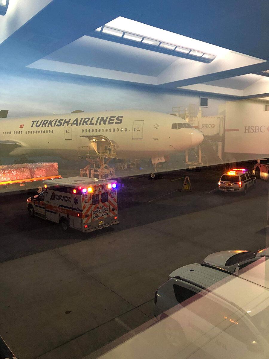 Uçağı iniş yaptığı havalimanında ambulanslar bekliyordu.