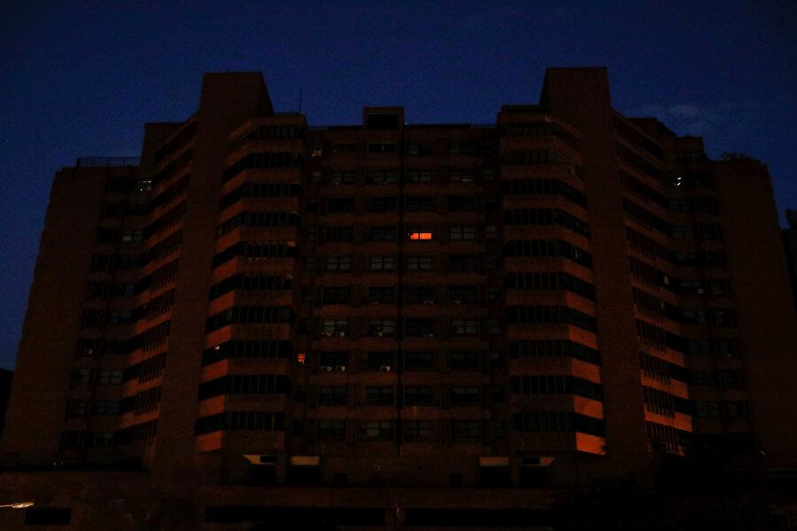 Başkent Caracas'ın bazı noktalarına elektrik verildi.