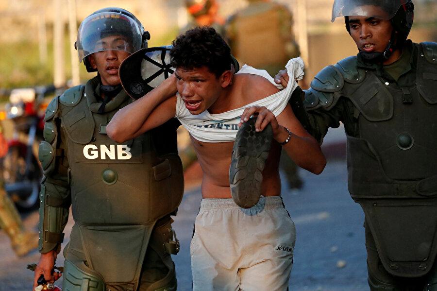 Yağma yaptığı iddia edilen vatandaş polis tarafından gözaltına alınıyor.