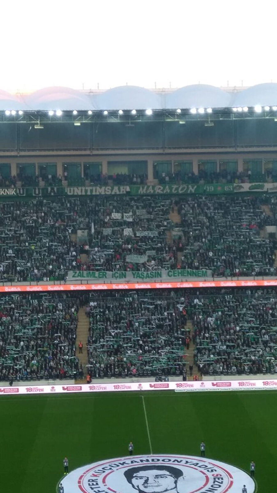 Bursaspor tribünleri, 'Zalimler İçin Yaşasın Cehennem' pankartı açtı.