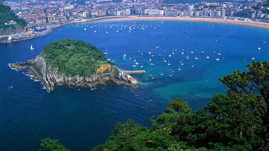 İki ülke arasında yer alan Akdeniz, turizm potansiyeliyle İspanya ve Fas'a büyük katkı sağlar.