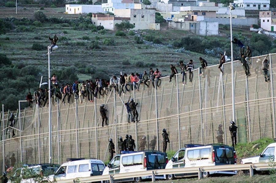 Fas'tan İspanya'ya geçmeye çalışan göçmenler.