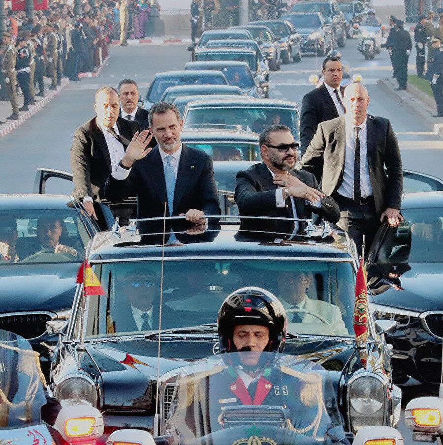 Kral Felipe (solda) ve Kral Muhammed, Rabat'ta halkı selamlarken...