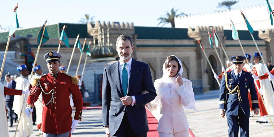 Kral Felipe ve eşi Kraliçe Letizia, Rabat'ta Kral Beşinci Muhammed Mozolesi'ni ziyaretten çıkışta.