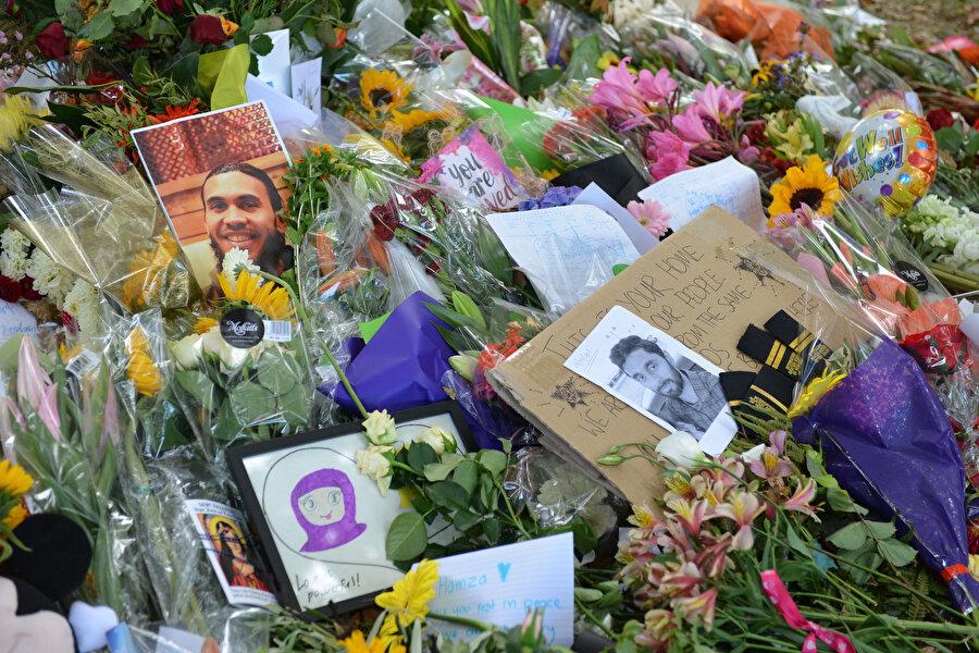 Yeni Zelandalılar hayatlarını kaybedenlerin anısına meydanlara çiçekler bırakıyor.