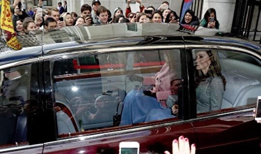 Middleton ve Kraliçe Elizabeth, bir yandan battaniye ile ısınmaya çalışırken, bir yandan da etrafta kendilerine sevgi gösterisinde buluna İngilizleri selamladı.