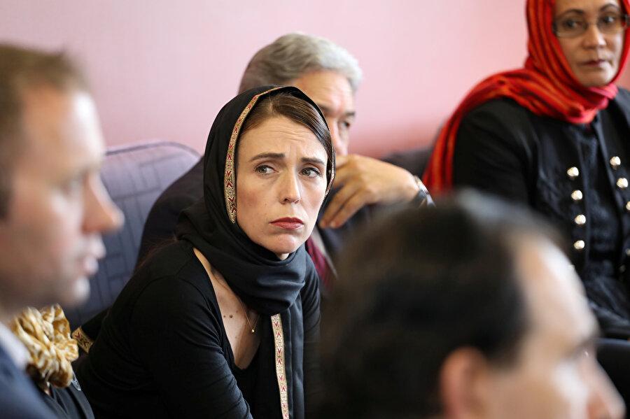 Yeni Zelanda Başbakanı Jacinda Ardern'in ziyaretler sırasında başını örttüğü görüldü.