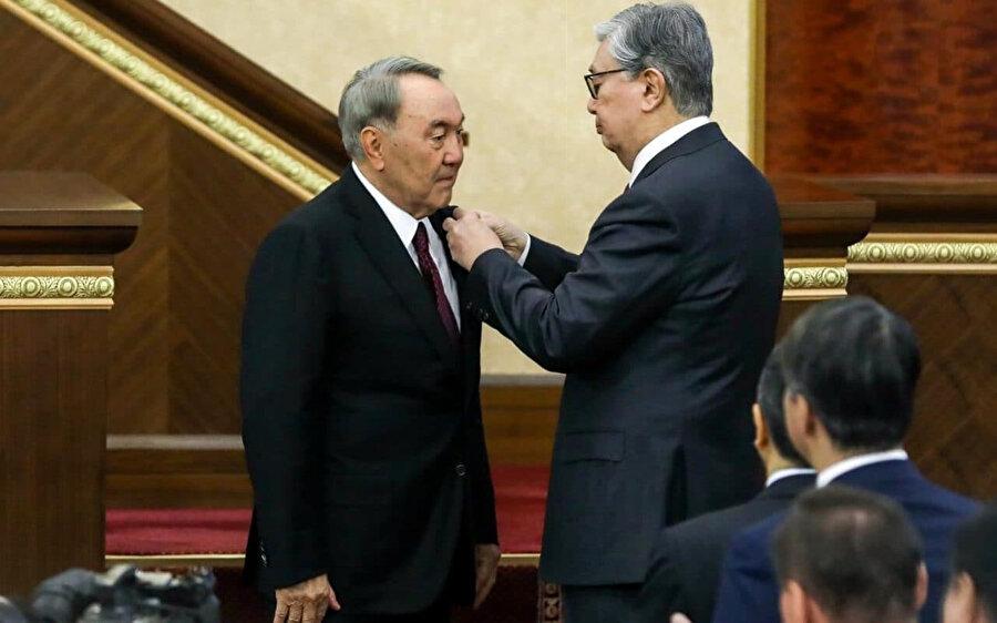 Nursultan Nazarbayev, cumhurbaşkanlığı görevini Meclis Başkanı Kasım Cömrt Tokayev'e (sağda) devretti.