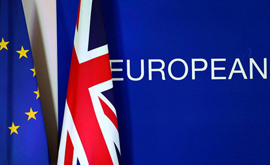 AB ve Birleşik Krallık bayrakları