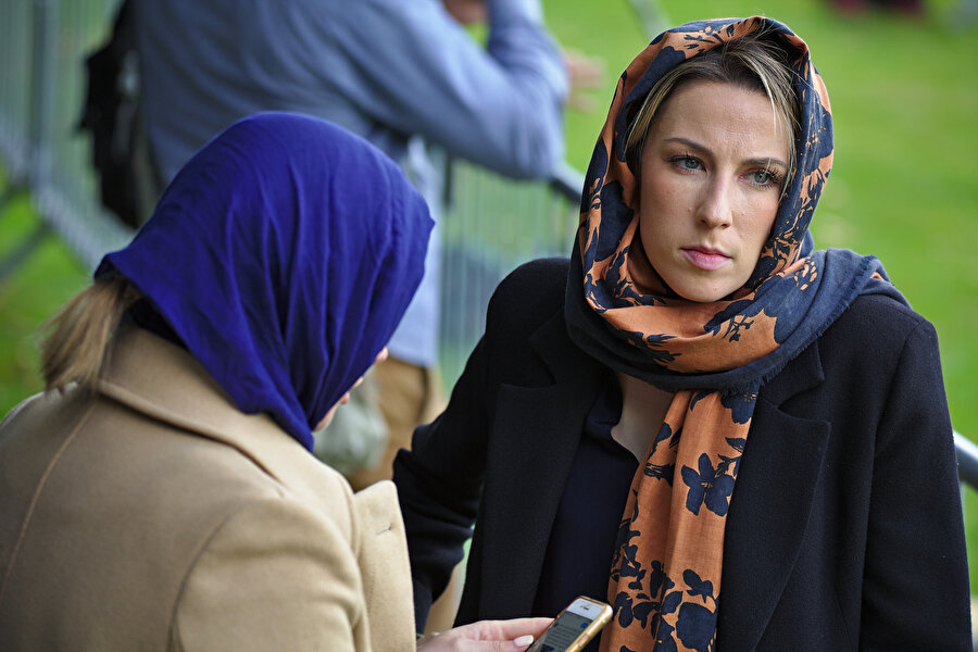 Yeni Zelandalı kadınlar sembolik başörtüsü taktı.