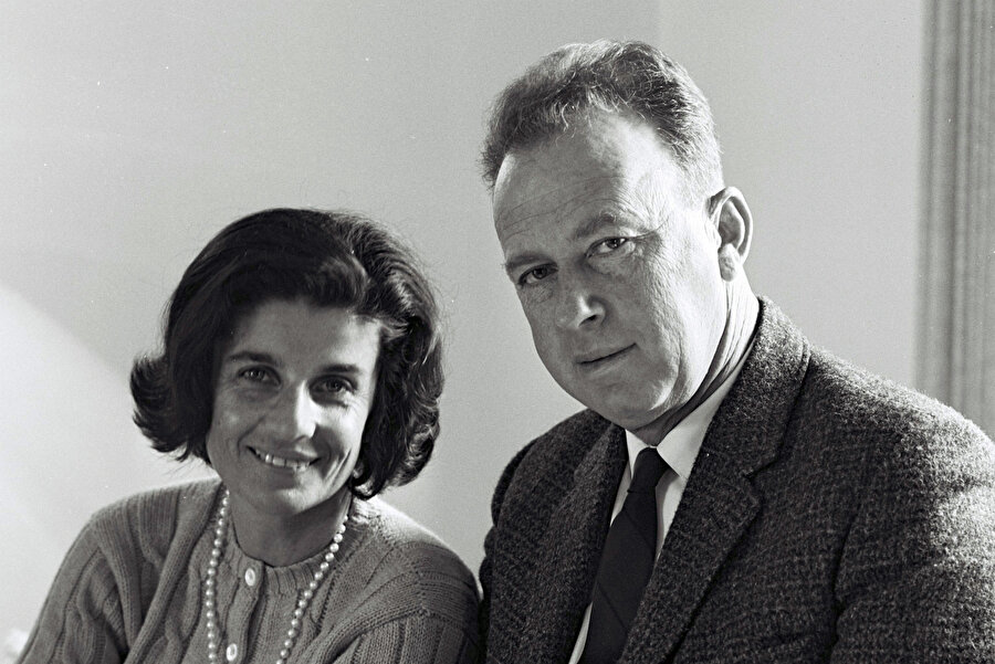 Yitzhak Rabin, karısı Lea'nın adının karıştığı bir yolsuzluk skandalı nedeniyle 1977'de başbakanlıktan istifa etmek durumunda kaldı.
