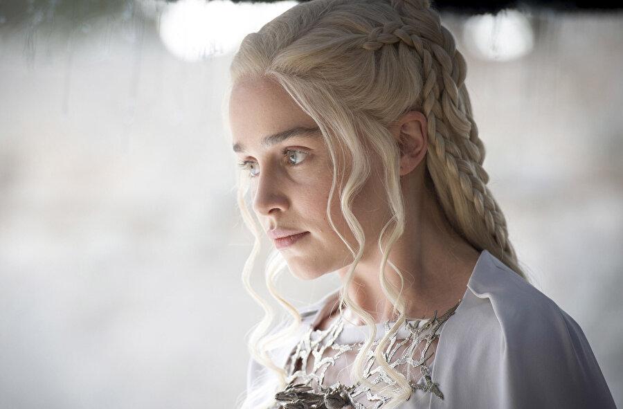Emilia Clarke, dizide Daenerys Targaryen karakterini canladırıyor.