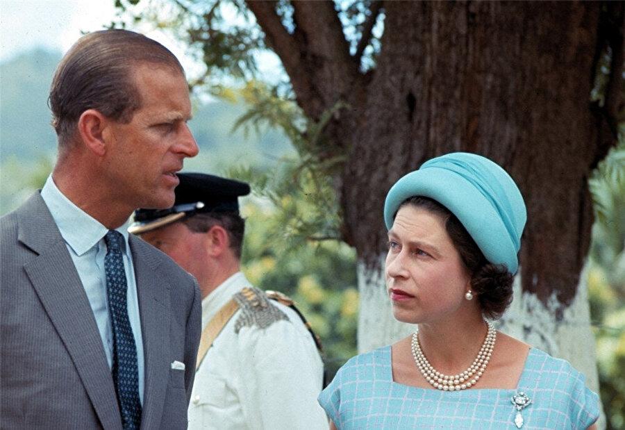 Kraliçe uzun süredir tahtta oturuyor.