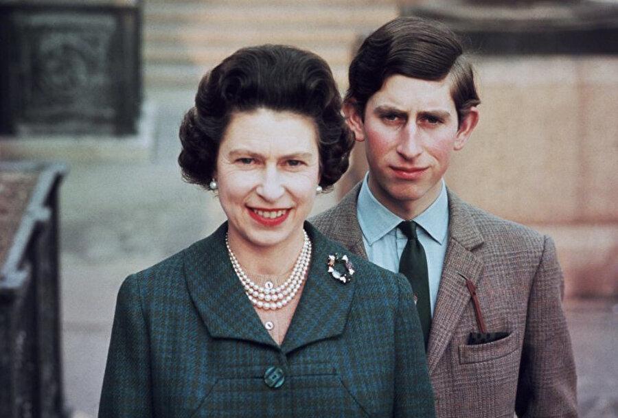 Kraliçe ve oğlu Prens Charles.