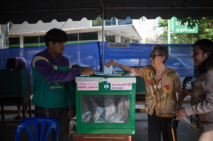 2014'ten bu yana cunta rejiminin hüküm sürdüğü Tayland'da halk, genel seçimler için Lad Prao bölgesindeki seçim merkezinde oy kullandı.