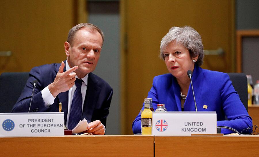 İngiltere Başbakanı Theresa May ve Avrupa Birliği Konseyi Başkanı Donald Tusk. nuçlandırmak ve resmileştirmek için olağanüstü AB liderleri zirvesi sırasında
