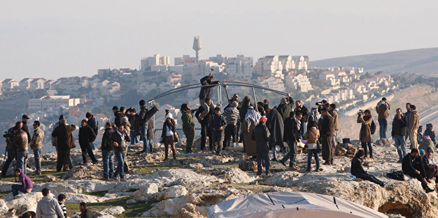 Filistinliler, Kudüs dışındaki bir işgal noktasında direnirken...