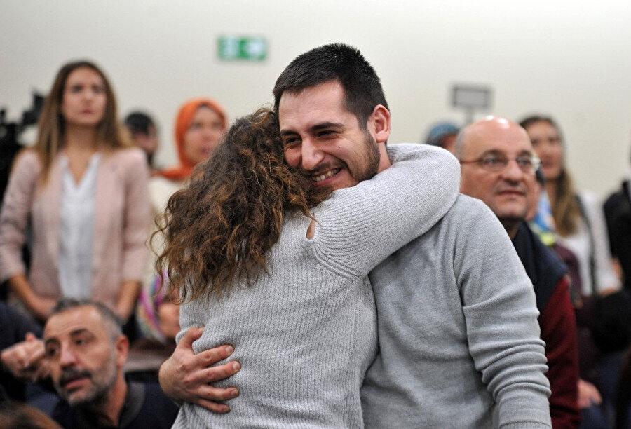 Atanan öğretmenler sevinçlerini aileleriyle paylaştı.