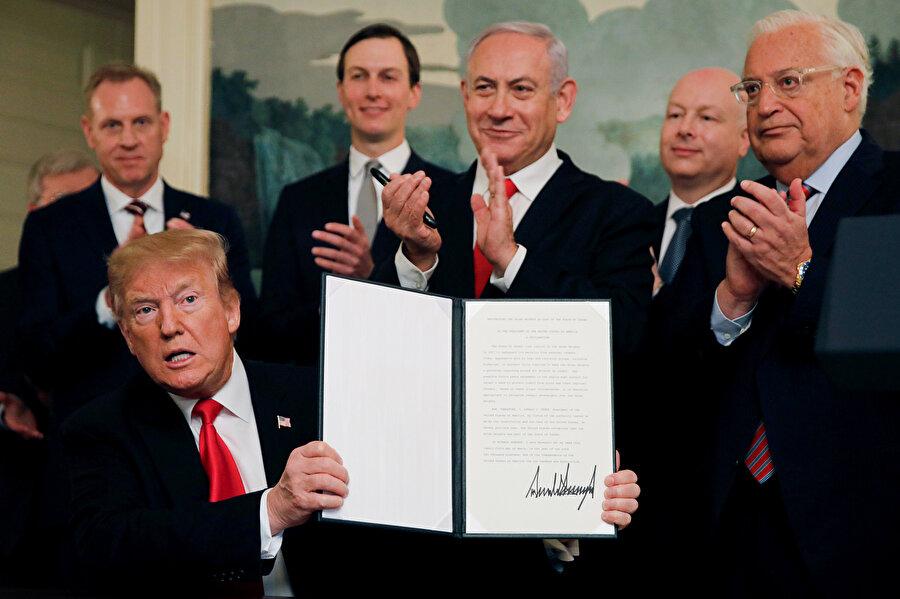 Donald Trump, imza sonrası Netanyahu ile kameralara poz verdi.
