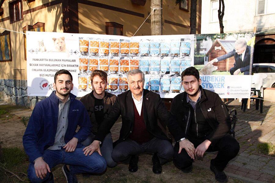 Öğrenciler Kartal Belediye Başkan Adayı Ebubekir Taşyürek'le hatıra fotoğrafı çektirdi.