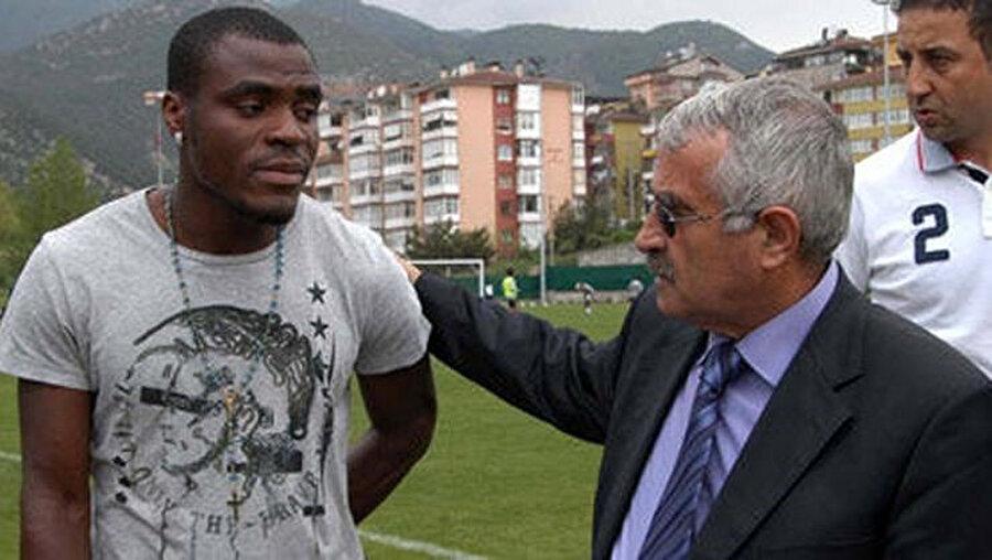 Eski başkan Ferudun Tankut, takımın golcüsü Emenike ile birlikte.