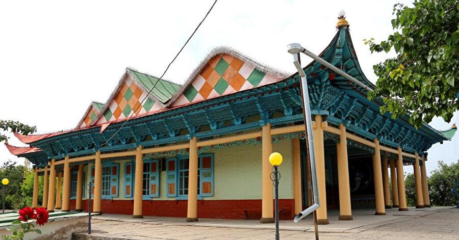 Kırgızistan'ın Karakol şehrinde, 1800'lerin sonunda Çin'deki baskıdan kaçarak Rusya topraklarına sığınan Çinli Müslümanlara -Dunganlar- ait İbrahim Hacı Camii... Caminin çevre düzenlemesi 2016'da TİKA tarafından yapılmıştır.